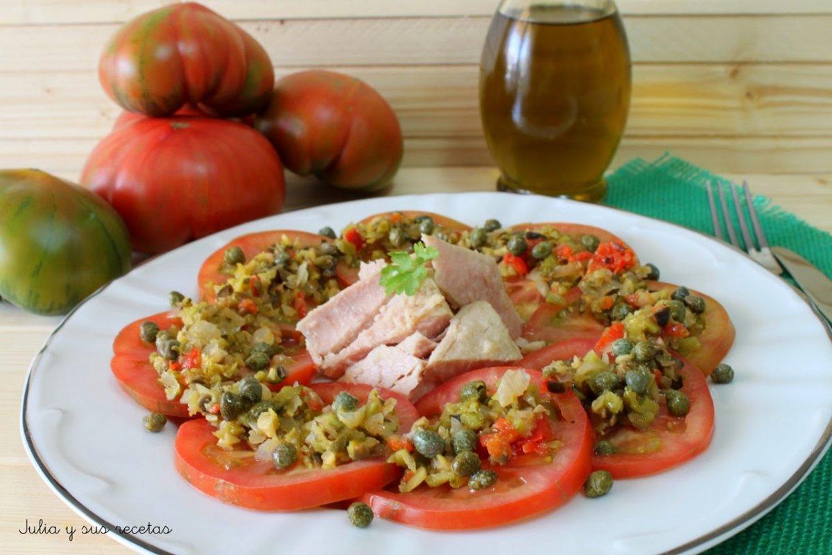 Ensalada de tomates raf con vinagreta de encurtidos