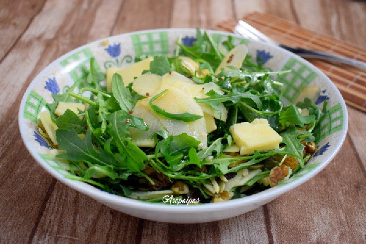 Ensalada de rúcula, manzana y queso cheddar