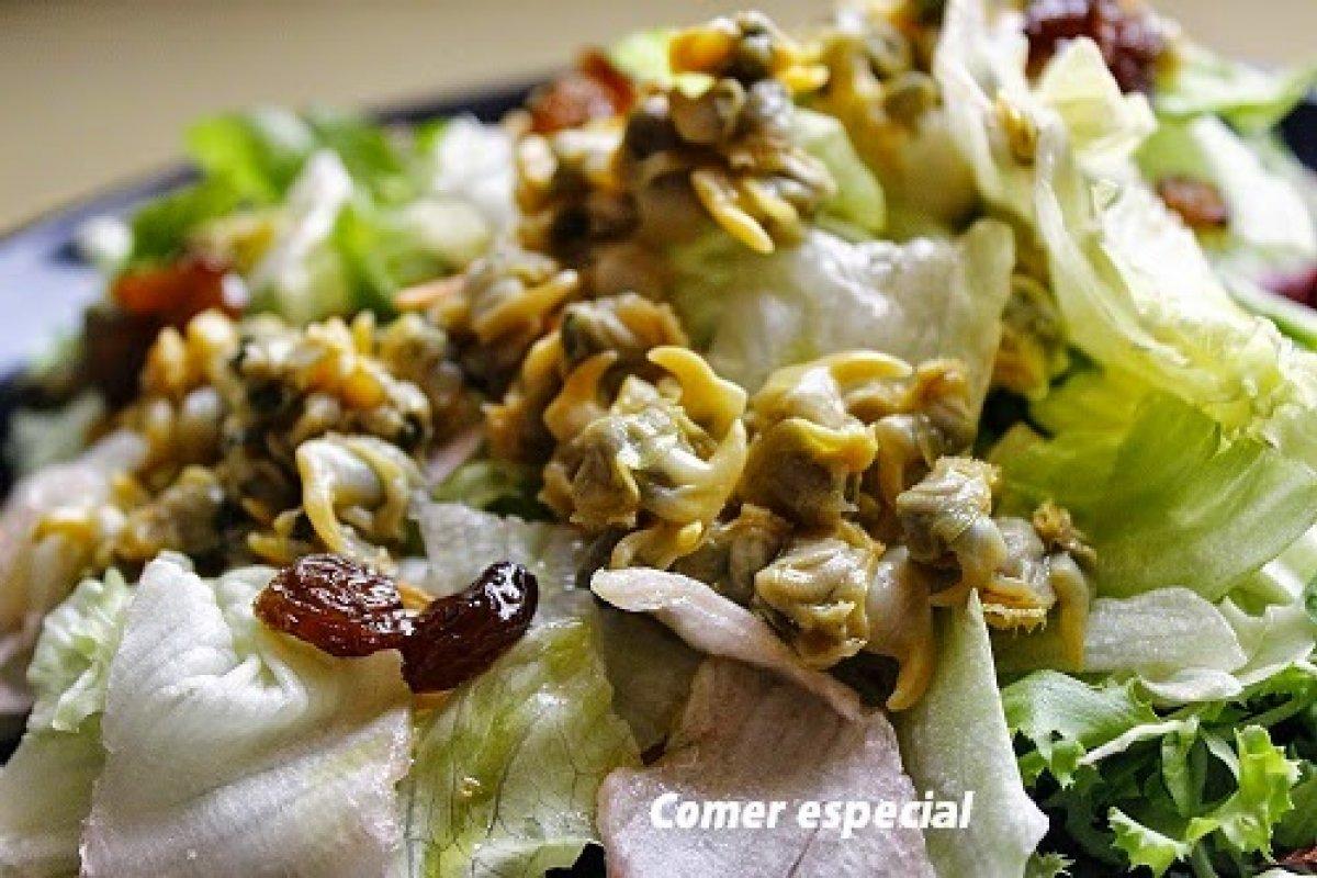 Ensalada light con berberechos y aderezo de hierbabuena