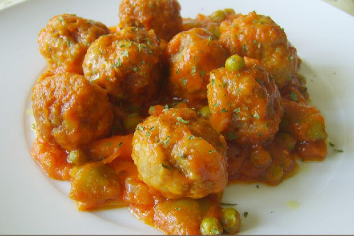 Albóndigas con verduras en salsa de tomate