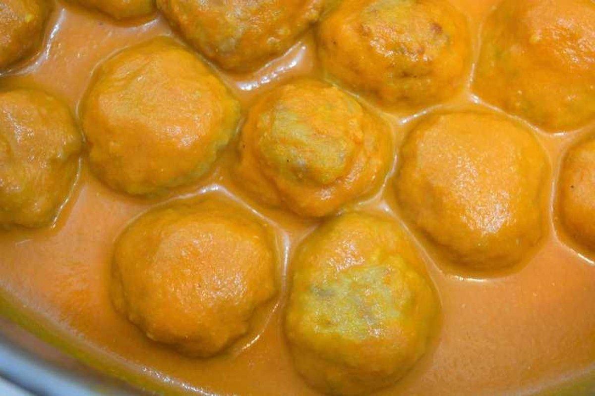 Albóndigas de pollo con salsa de piquillos
